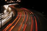 Strichspuren von Autos bei Nacht